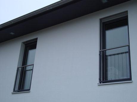 französischer Balkon mit Edelstahlhandlauf, Rahmen anthrazit pulverbeschichtet, Füllung mit Edelstahlseilen