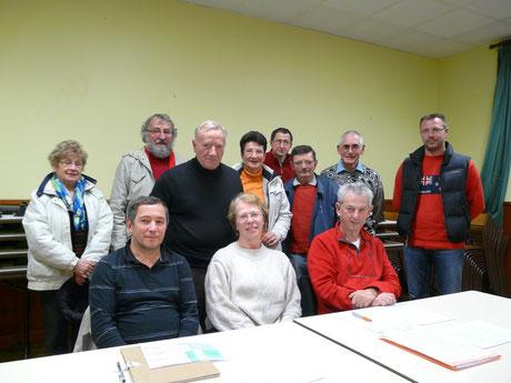 voici la composition de notre nouveau bureau: assise au centre la présidente M-Hélène Elie, à sa droite le trésorier Benoit Maillard, à sa gauche le secrétaire Roger Pringault