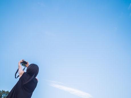 トゥルーステップ 心理セッション 心理セラピー 心理カウンセリング スッキリ 写真を撮る女性