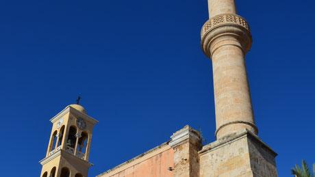 Foto Karagiannakis: Gebäude mit christlichem und muslimischem Turm; Interkulturelle & Diversity Trainings für Gesundheit, Medizin & Pflege