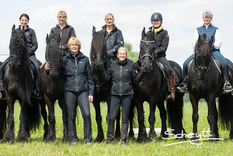 auch ihre diesjährige Assistentin Elke und die Reiterinnen