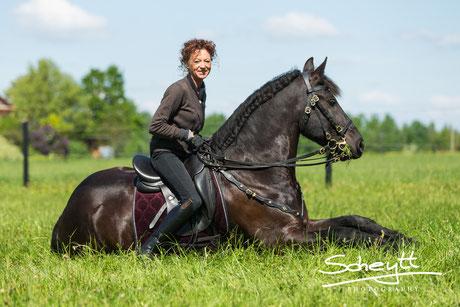 Sie nimmt es gelassen, da Pferdefreund Kreanga immer in der Nähe ist ;)