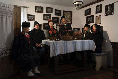 Tischgesellschaft im Schwälmer Dorfmuseum Holzburg, Foto: Rosa Merk
