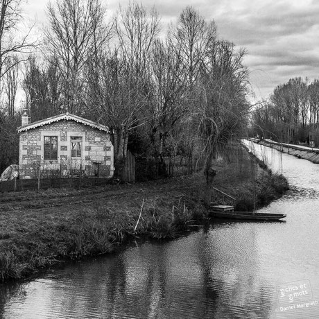 La petite maison le long du canal. St Sigismond. Vendée.