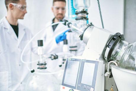 Qualicann Labor mit Laboranten bei destillations maschine für CBD