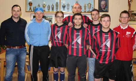 Die Neuzugänge gemeinsam mit Trainer Rittner, Abteilungsleiter Thomas Diertl und Stefan Grünwald.