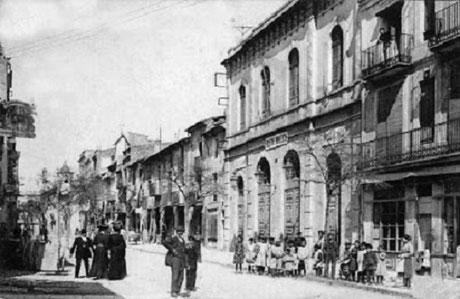 Die evangelische Kirche in Figueres im Carrer Nou. Am Gebäude eine Schulgruppe - Postkarte (1911)