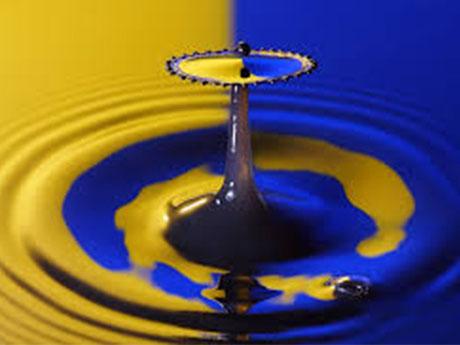 Goutte d'eau jaune et bleu, représentant la dualité de l'humain, accessible grâce à l'hypnose.
