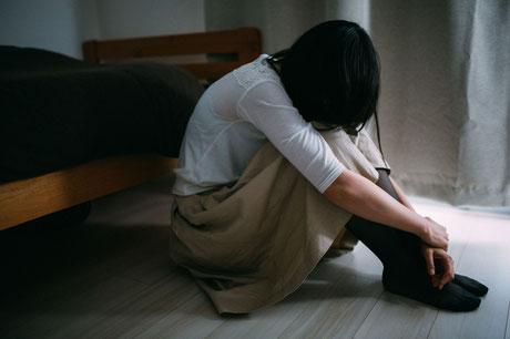 嘆き悲しむ女性