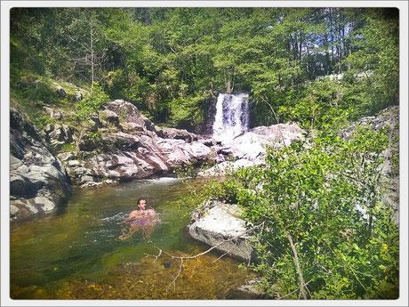 La rivière et une de ses cascades