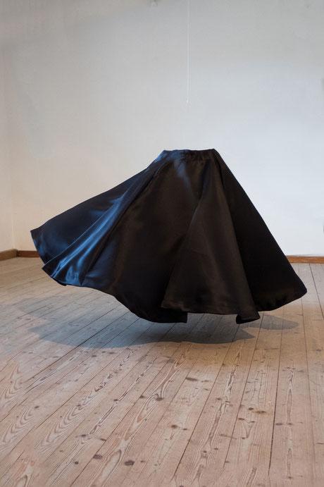 Jenseits ihrer Bestimmung, 2015, Objekt aus Stoff und Draht, 1 x 0,7 m
