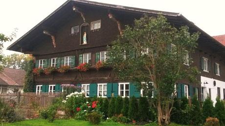 Ferienwohnung im Allgäu, Rosenhof in Görisried, Außenansicht im Sommer, Blumen im Vordergrund