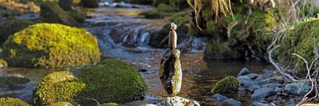 Landart im Panorama Format, balancierte Steine im Wasser auf Leinwand - Kunst mal anders - Naturkunst, Steinkunst, Steinbalance, Steintürme, Steine im Gleichgewicht - Fotoleinwand Fortex Acrylglas
