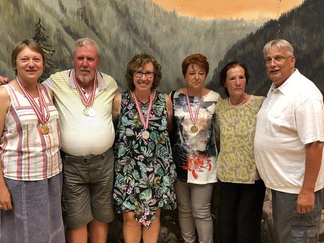 v.l.n.r.: Gerlinde Krämer, Paul Heschl, Regine Heschl, Eva Reiländer, Betreuerin Elisabeth Würrer sowie Präsident Siegfried Junger
