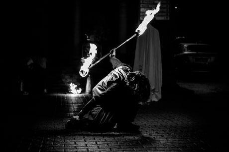 Photo d' événementiel en noir et blanc.jongleur de feu