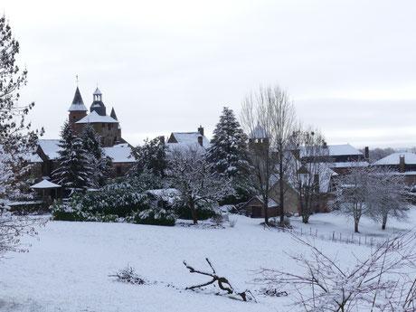 Arrivée à Collonges-La-Rouge en venant de Turenne par le GR 480 et le Chemin vers Compostelle, La Voie de rocamadour en Limousin et Haut-Quercy