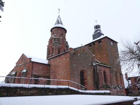 La majestueuse église de Collonges-la-rouge avec son clocher roman des XI - XII ème