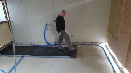 Eine Feuchtigkeitssperre wird im Keller oder auch im Erdgeschoss ohne Keller darunter eingebaut.