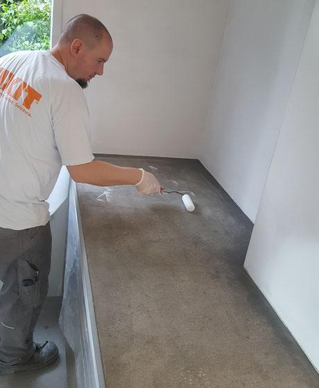 Eine Küchenablage aus Beton wird gegen Flecken geschützt.