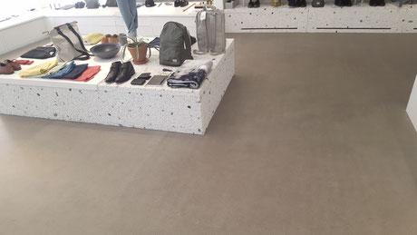 Decorbelag aus Anhydrit in einem Kleiderladen.