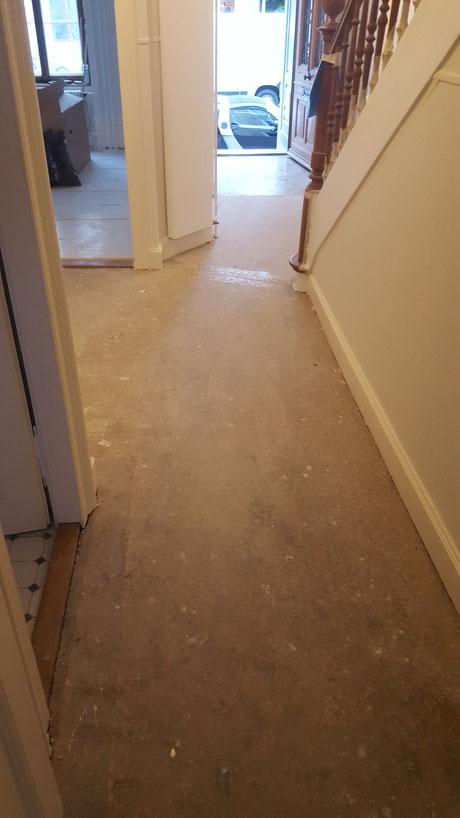 Der Terrazzo hat noch eine Schicht Teppichkleber die Entfernt werden muss.