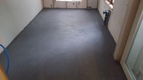 Der Zement Untelagsboden wurde schwarz eingefärbt und als Endbelag eingebaut.