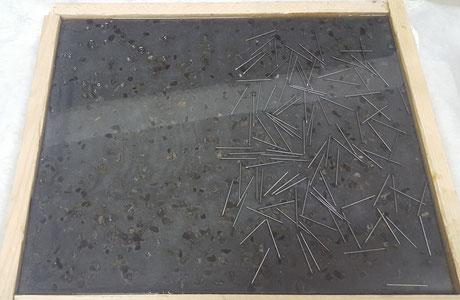 Auf den Boden wurden Nägel verteilt und mit einem Transparenten Epoxiharz Eingegossen.