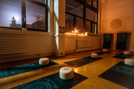 Yoga Interlaken, Yoga Studio, All 1 Yoga, Blume des Lebens, Vollmond, Yoga mit Bergsicht, Sri Yantra, Kerzenlicht