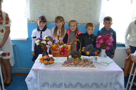 Вересневими днями у нашій школі пройшло свято осені. Учні представляли композиції із фруктів, овочів та осінніх квітів.