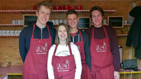 JungscharleiterInnen als Punschhütten Team am dritten Adventsonntag.