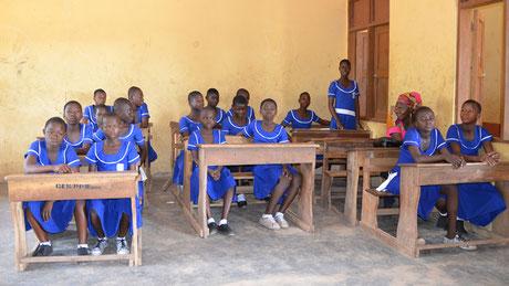Im Norden Ghanas herrscht große Armut. Kinder können oft nicht die Schule besuchen, weil sie den Eltern zu Hause oder am Feld helfen müssen, um zu überleben. Mit Ihrer Spende kann den Familien geholfen und Kindern der Schulbesuch ermöglicht werden.