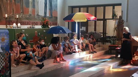 """Bei der letzten Familienmesse vor der Sommerpause bekommen alle Kinder eine Botschaft mit in den Urlaub: """"Jesus ist immer bei euch, so wie ein unsichtbarer Regenschirm!"""""""