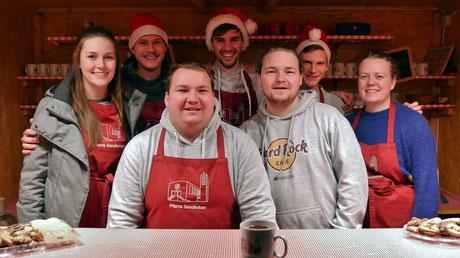 Die Jugend als Punschhütten Team am zweiten Adventsamstag.