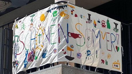 """""""Schönen Sommer"""" wünscht die Jungschar mit diesem Banner beim Kircheneingang, Juli 2021"""