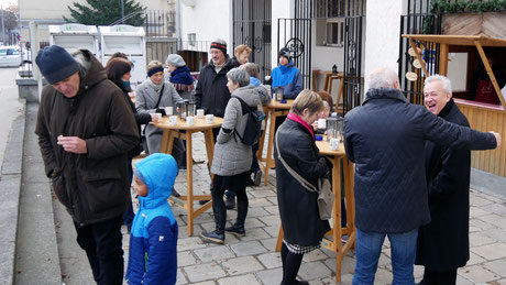Am dritten Adventsonntag war das Wetter angenehm und mehr Leute als sonst standen nach der Messe vor der Punschhütte im Freien.