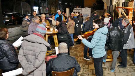 Am dritten Adventsamstag gab es, begleitet von Ziehharmonika und Violine, traditionelle Weihnachtslieder zum Mitsingen.