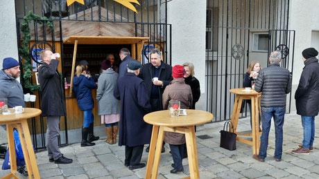 Am ersten Adventsonntag nach der Messe ließen es sich einige, trotz kalter Temperaturen, nicht nehmen den guten Punsch zu trinken, darunter auch Pfarrmoderator Thomas Natek. Die meisten saßen lieber drinnen im warmen Pfarrkaffe.