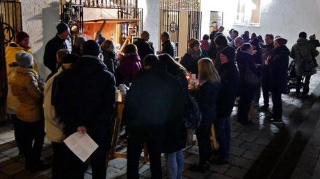 Zur Eröffnung am ersten Advent-Samstag kamen viele Besucher. Als musikalisches Rahmenprogramm spielte Walter Lochmann Advent- und Weihnachtslieder für alle zum Mitsingen.