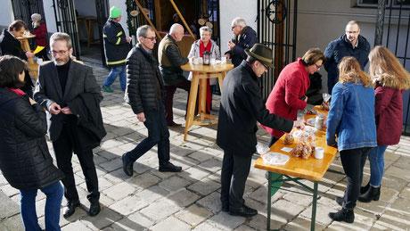 Am zweiten Adventsonntag war es frühlingshaft mild. Vor der Punschhütte verkauften SchülerInnen der Fachsscule für Gatsronomie in der Bergheidengasse Kekse, um damit 200 Portionen Essen in der Gruft zu spenden.