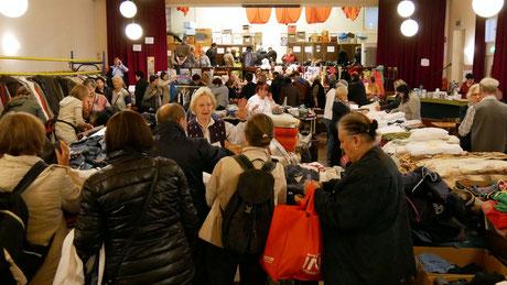 Beim Frühlingsflohmarkt gibt es ein großes Angebot von Büchern, Geschirr, Besteck, Küchengeräten, Kunst und Krempel, Firlefanz und kleinen Elektrogeräten. Foto vom Flohmarkt im März 2019.
