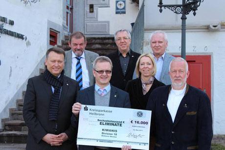 Markus Berdyszak (1. Reihe, 1. von links), Präsident KC Künzelsau, bei der Scheckübergabe auf Schloss Liebenstein