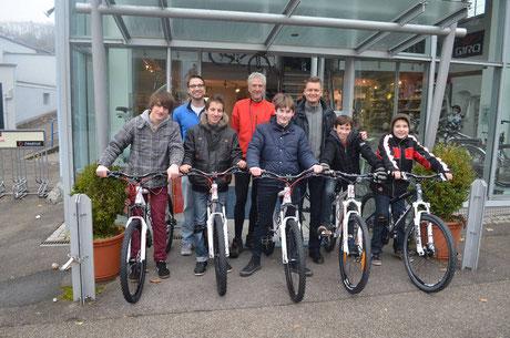 5 Schüler der Brüder-Grimm-Schule mit den gespendeten Fahrrädern. Im Hintergrund:Stefan Zügel (Fa. 2-Rad-Zügel), Uli Reissig (Lehrer) und Albert Scheib (KIWANIS-Club Künzelsau e.V.) (v.l.n.r.)