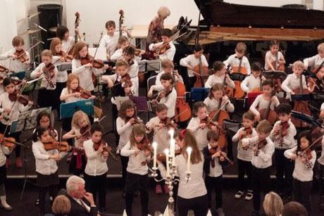Das Orchester der KGS Donatuschule; Kinder vom 6. bis 10. Lebensjahr bei ihrem Auftritt in der Alten Kirche des Hotels Collegium Leoninum (Foto: J. Franzen, KC Bonn)