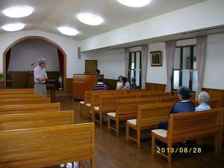 兵庫教会、礼拝堂に設置時の様子