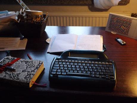 Schreiben im Arbeitszimmer, den geliebten Alpha Smart herausgeholt und benutzt