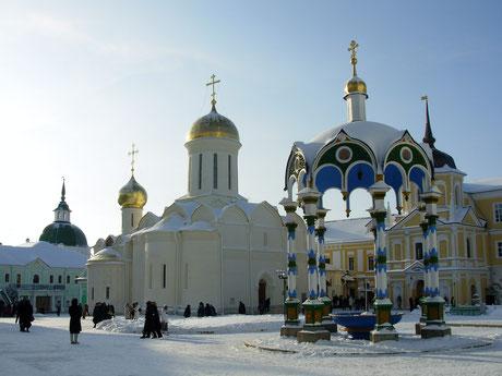 Троицкий собор (1422-23 гг.). Здесь находятся мощи великого угодника Божия преподобного Сергия Радонежского.