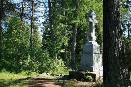 """Святой остров. Каменный крест, над могильной ямой,  чтобы увековечить могилу,  """"которую для памяти смертной своими руками ископал преп. Александр Свирский во дни постных подвигов на этом острове""""."""