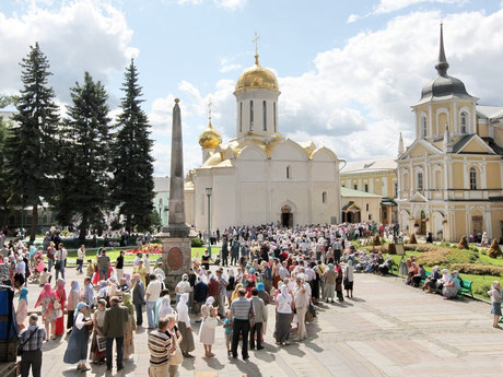 Троицкий собор (1422-23 гг.). Святыня — гробница с мощами Преподобного Сергия Радонежского
