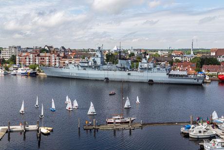 Fregatte am Wilhelmshavener Bontekai beim Tag der Niedersachsen mit kleinen Segelbooten im Vordergrund