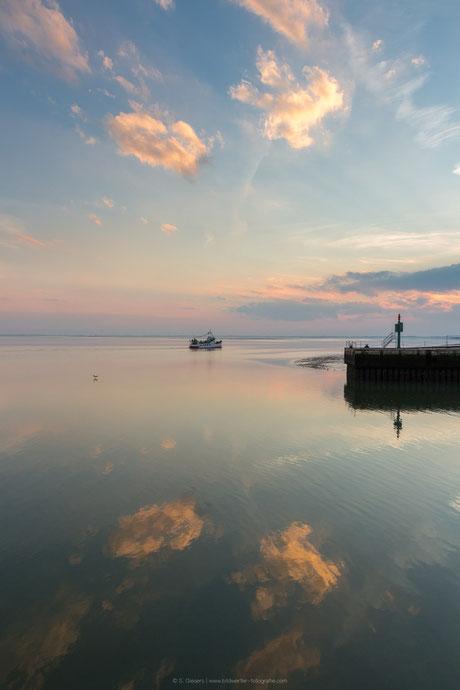 Sonnenuntergang am Helgolandkai. Etta von Dangast fährt am Südstrand entlang